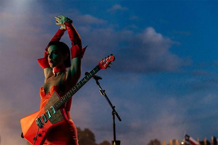 A cantora e guitarrista St. Vincent lança em 2021 mais um álbum de sua reverenciada carreira.